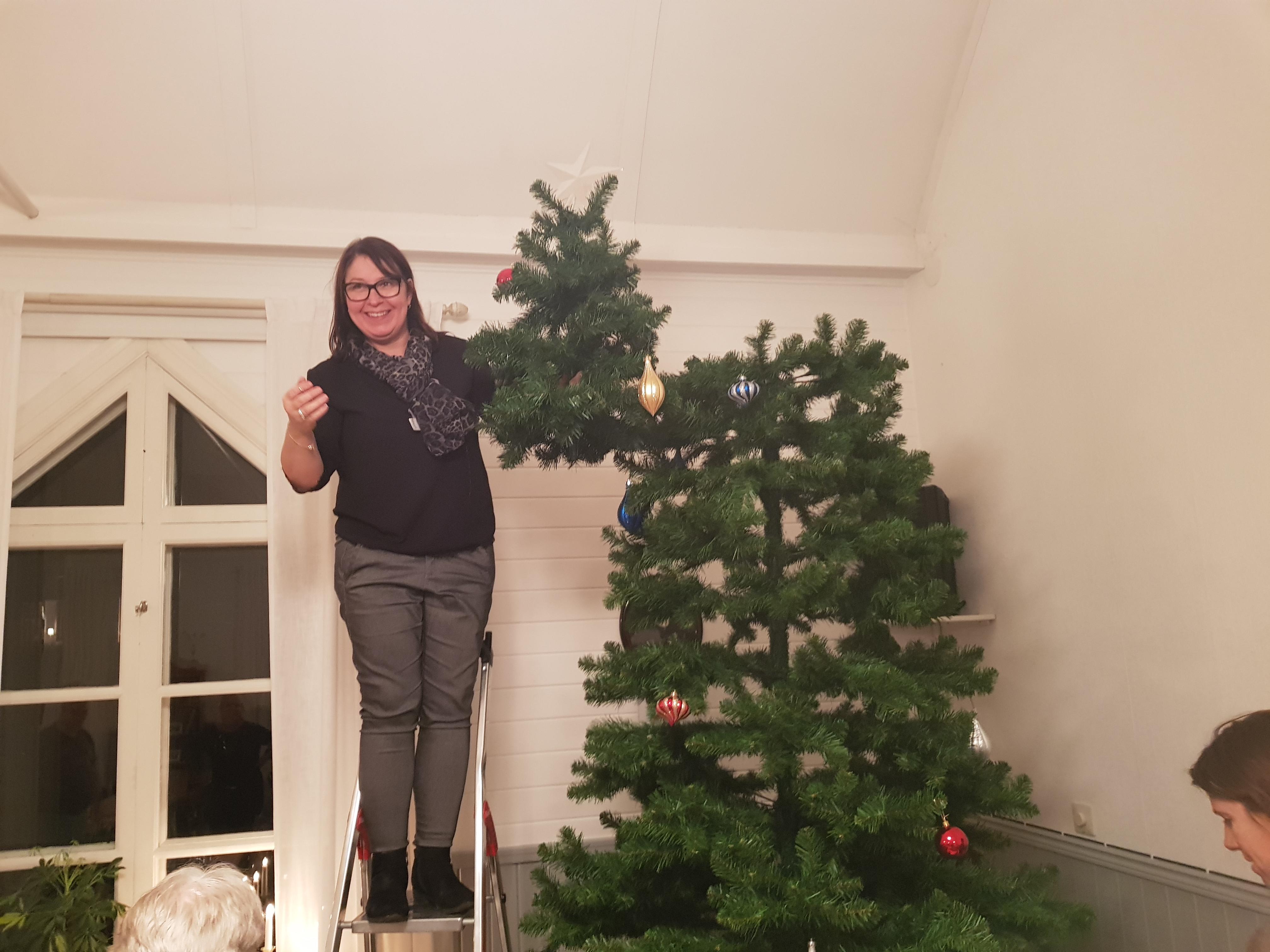 Julgranen klädd
