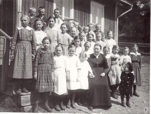 Detta är ett av de äldre korten från ursprungliga skolan. Lärarinnan hette Anna Dahlbom och var verksam i Krokshult under 1910-talet.