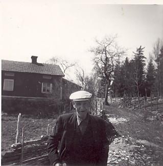 Ossian i Backen framför sitt hus
