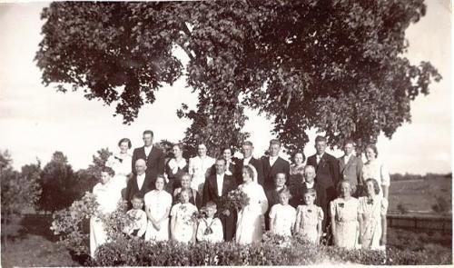 Karl och Mildred Svensson med bröllopsfölje